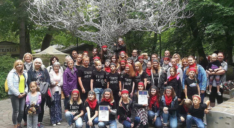 Rīgas Kristīgās vidusskolas kora dalībnieki un vecāki pēc LĪVIfest2018