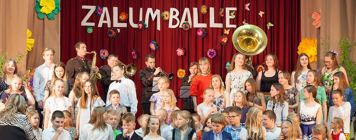 Foto no skolas zaļumballes